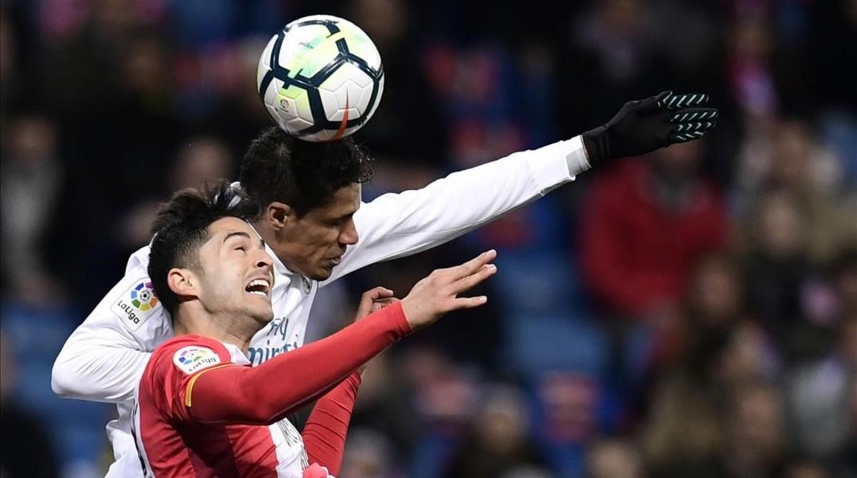 Varane y Juanpe pugnan por un balón aéreo.