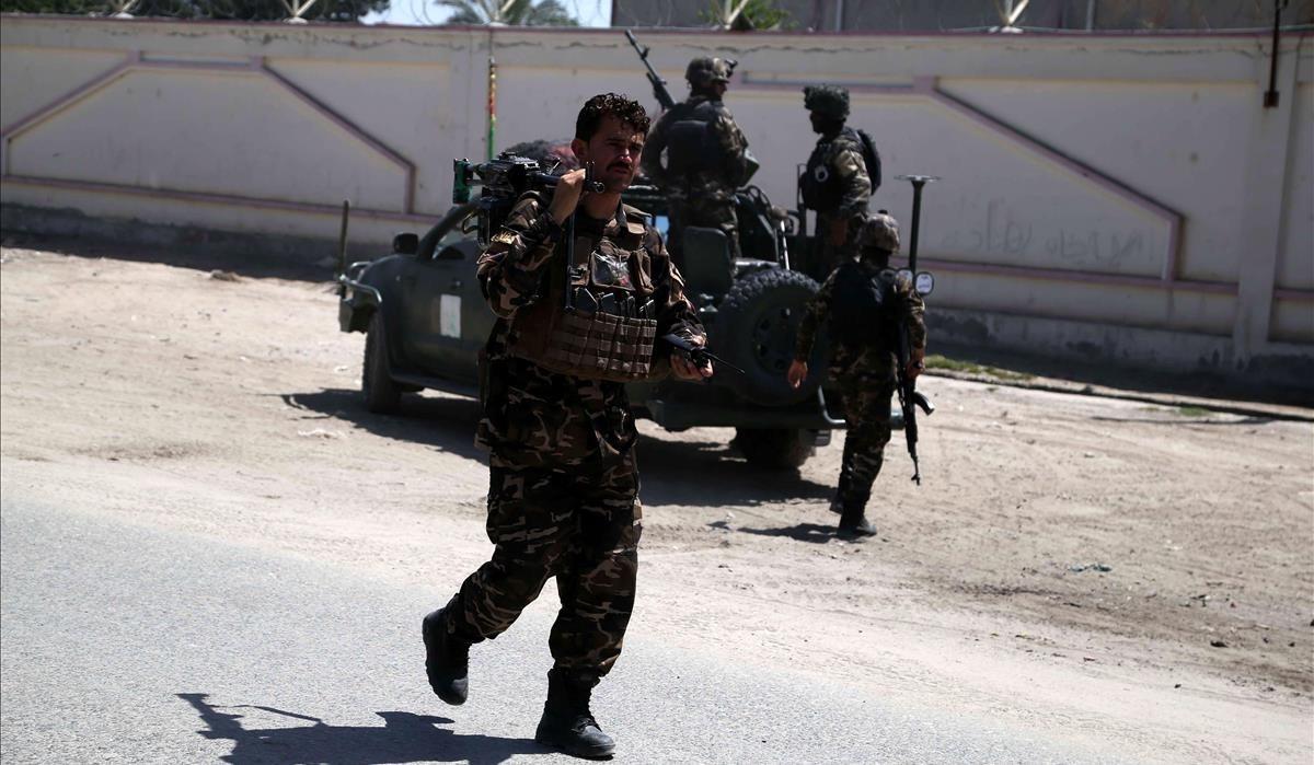 Varios oficiales de las fuerzas de seguridad afganas vigilan los alrededores de la residencia del parlamentario afgano Faridoon Momand, ayer.