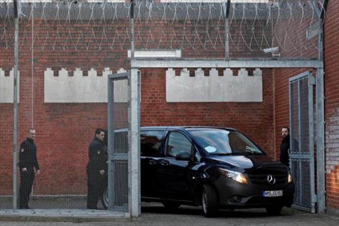 El vehículo que trasladó a Puigdemont a la prisión de Neumünster.