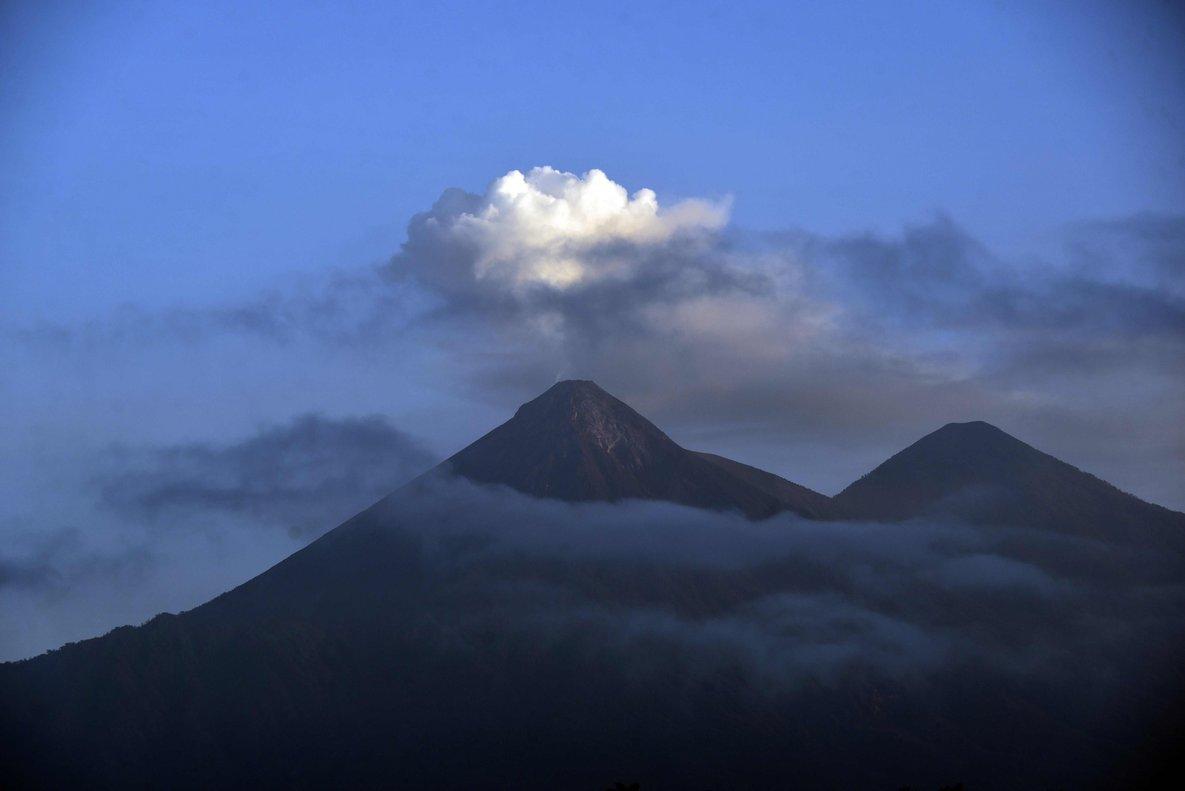 El volcán de Fuego erupciona y 62 personas tuvieron que ser evacuadas