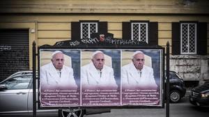 Carteles contra el Papa.