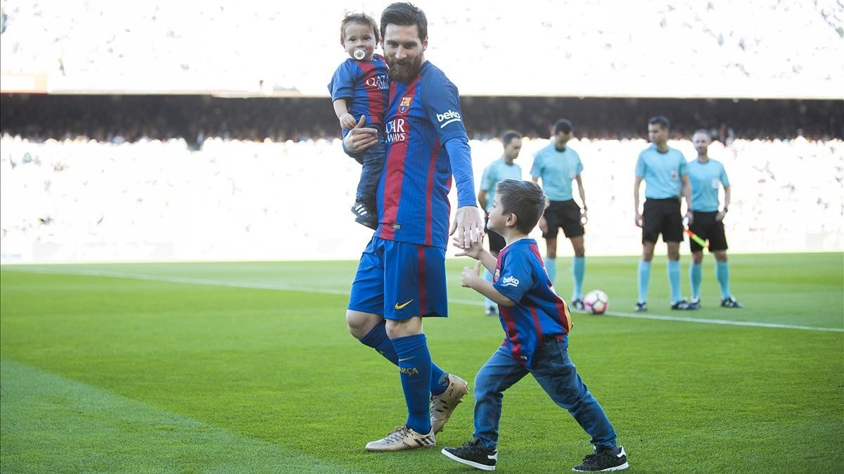 Messi, con sus hijos antes de hacerse la foto de equipo de la temporada 2017-18.