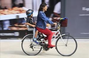 Una madre lleva a su hijo al cole, la mañana del martes, en el barrio del Poblenou deBarcelona.
