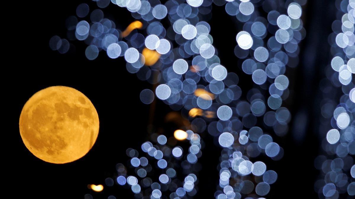Superluna en Marsella, Francia.