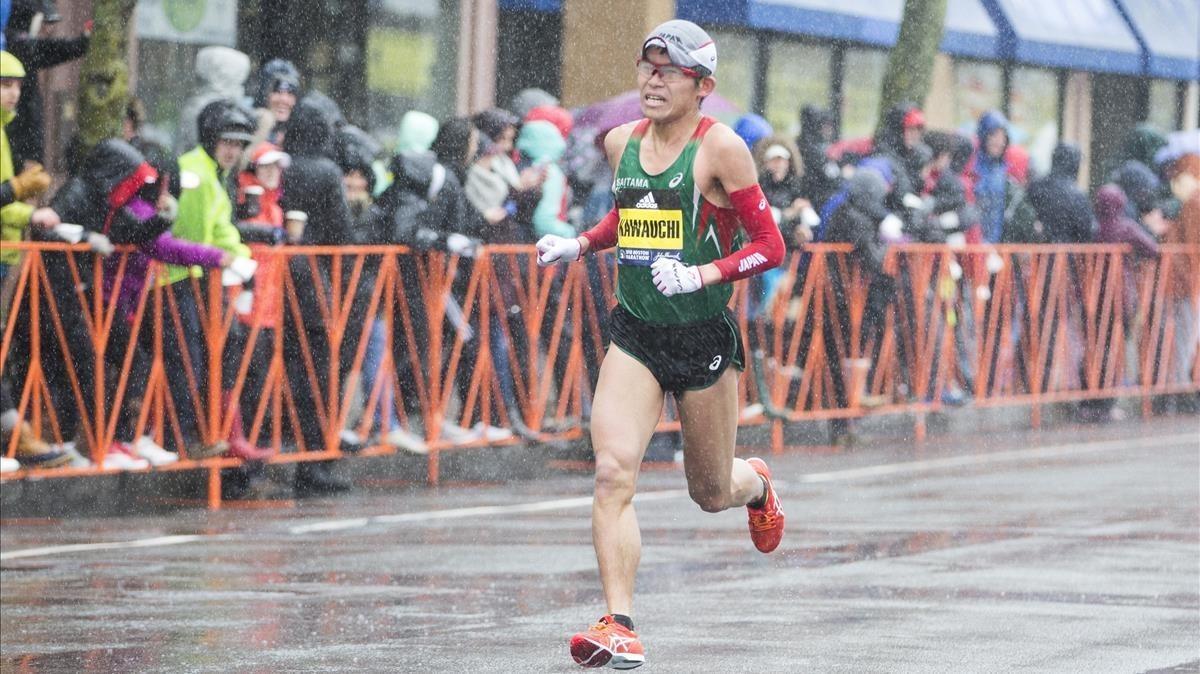 Kawauchi entra vencedor en la meta de Boston.