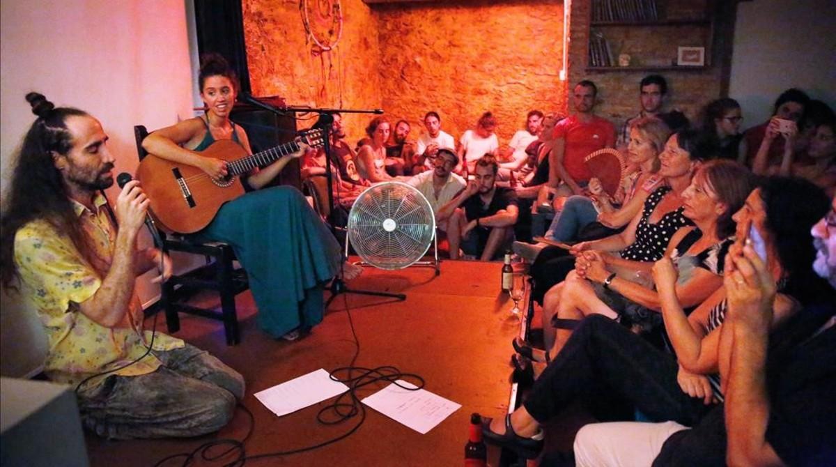 La cantautora Raquel Lúa, en Cronopios, con Gato Suave, con quien cantó un tema.