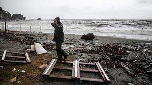 Un hombre camina entre los restos dejados por el temporal en Monterosso al Mare, en Liguria.