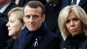 Una dona gran confon Merkel amb Brigitte Macron