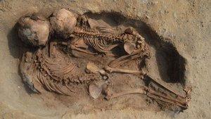 Cuerpo momificadode un niño hallado en la excavación arqueológica de Perú