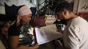 Lilian y Mohamed miran los planos que han entregado al ayuntamiento.