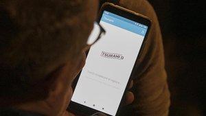 Un usuario consultando la 'app' de Tsunami Democràtic.