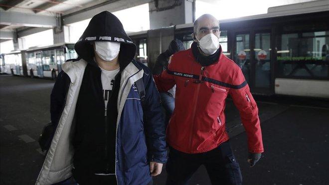 Pasajeros con mascarillas en una estación de autobuses de Lyon.