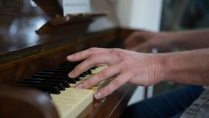 Una persona toca el piano.