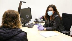 Montse Pons, diretora de la oficina del Sabadell en Sant Quirze, atiende una consulta.
