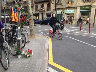 Flores, velas y una 'estelada' en el lugar donde atropellaron a Muriel Casals, esta miércoles, en la confluencia entre las calles Urgell y Provença.