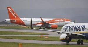 Aparatos de EasyJet y Ryanair, compañías low cost. <br/>