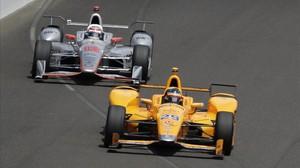 El Honda de Fernando Alonso, en plena carrera en indianápolis.