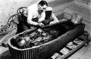 zentauroepp405734 viernes libros howard carter ante el sarcofago de tutankhamo170626170210