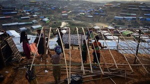 mbenach41045377 a rohingya refugee family rebuild their makeshift shelter at171123112620