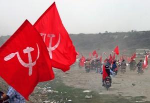 Activistas ondean banderas con simbología comunista.