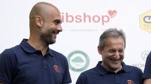Guardiola y Txiki Begiristain, en un acto de la Fundación Johan Cruyff, el verano pasado.