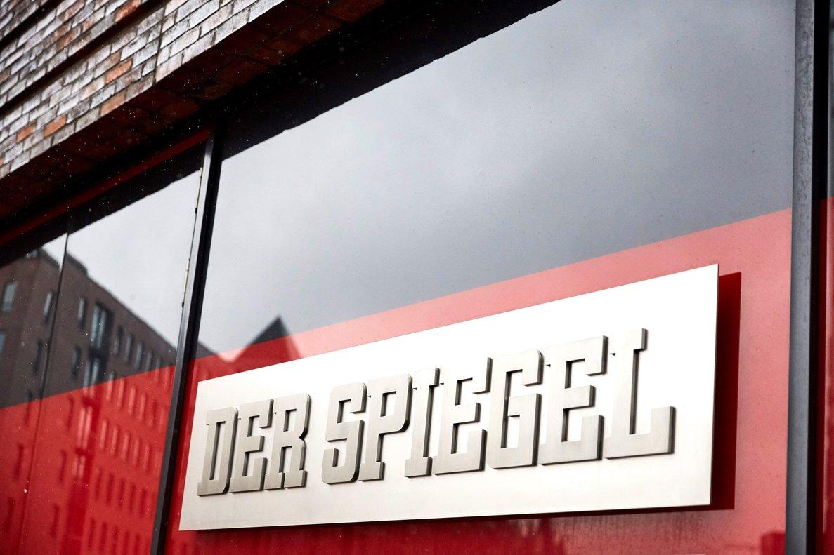 Un cartel con el nombre de la revista alemanaDer Spiegeljunto a la entrada de la sede de la revista en HamburgoAlemaniaEFECarsten Koall