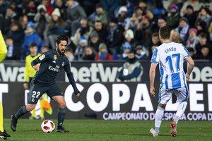 El madridista Isco, titular ante el Leganés, maneja un balón ante Eraso.