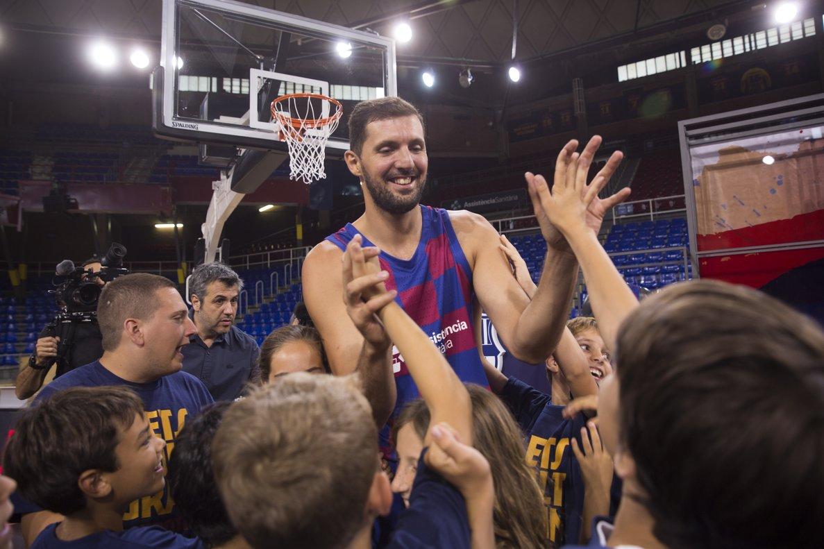 Nikola Mirotic en su presentación con el Barça.