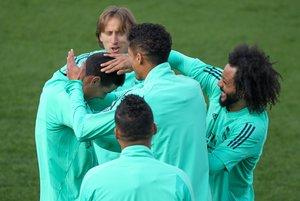 Los jugadores del Madrid bromean en el último entrenamiento antes de recibir al Manchester City.