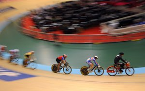 Great Britain's Victoria Pendleton (2ndR), Cuba's Lisandra Guerra Rodriguez (3rdR) and riders follow the derny motor-pacer as they compete during the women's Keirin in the UCI Track Cycling World Championships on March 30, 2008 at the Manchester velodrome. Pendleton and Guerra Rodriguez are qualified for the second tour. AFP PHOTO/MARTIN BUREAU