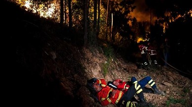 abertran38938857 firefighters rest during a wildfire at penela coimbra cent170618115452