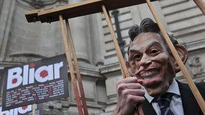 Un activista inglés, con una careta de Tony Blair, en el 2011