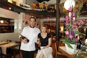 Adelf Morales y Eva Melé, en la barra de Topik. Foto: Josep Garcia