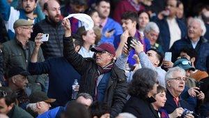 Aficionados del Camp Nou, sacando el pañuelo.