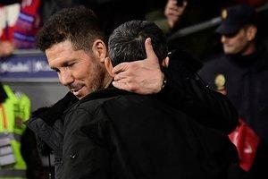 Simeone (de frente) y Valverde se abrazan antes del Atlético-Barça