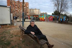 Albert Recio, expresidente de la asociación de vecinos de la Prosperitat, en el solar Renfe Meridiana y con los barracones del casal de jóvenes al fondo.