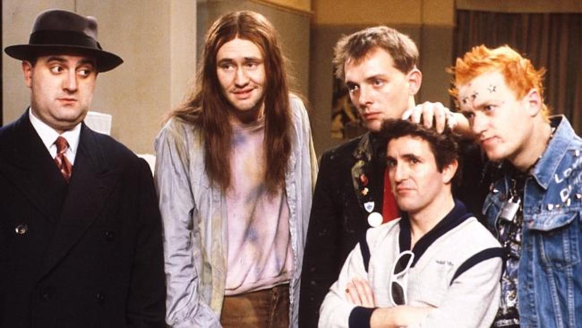 Alexei Sayle (Balowski) y Nigel Planer (Neil), los dos primeros empezando por la izquierda en esta imagen de los personajes de la serie Els joves.
