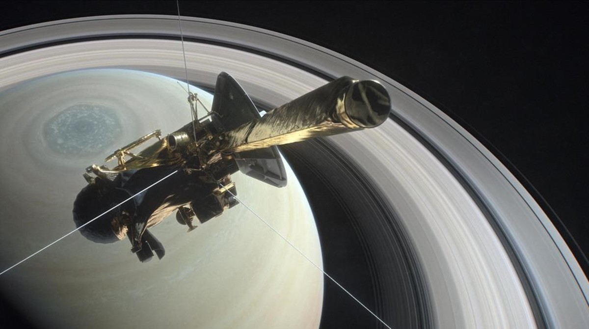 Representacion artística de la nave Cassini durante una de sus ultimas órbitas alrededor de Saturno.
