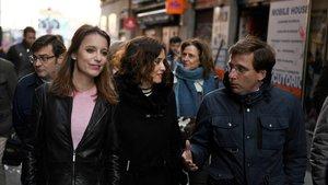 Andrea Levy (izquierda), junto a Isabel Díaz Ayuso y José Luis Martínez-Almeida, este lunes, en el Rastro de Madrid.