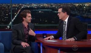 El actor Andrew Gardfield fue invitado al programa estadounidenseThe Late Show de Stephen Colbert.