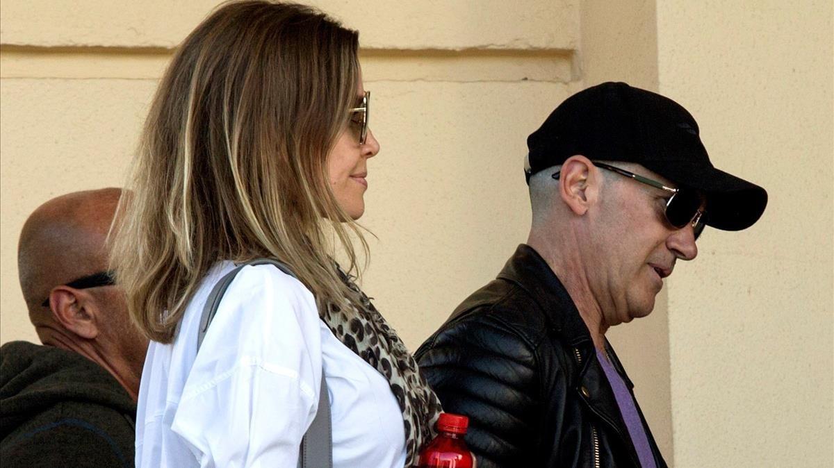El actor AntonioBanderasy su pareja, Nicole Kimpel, a su llegada al funeral.