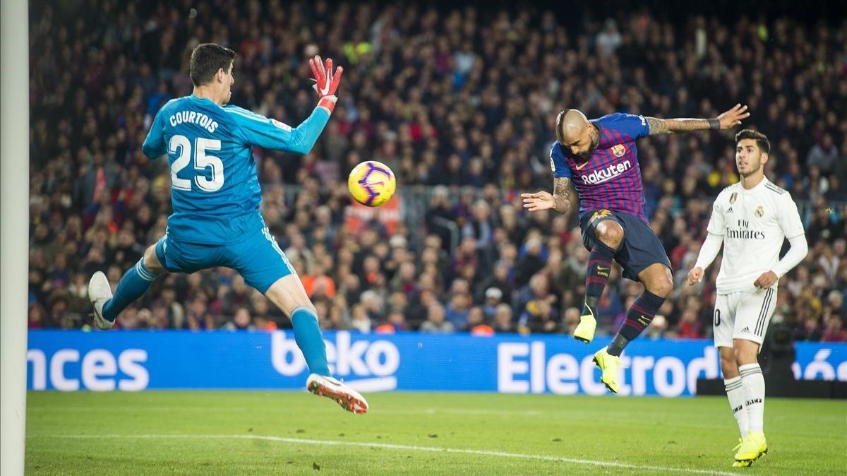 Arturo Vidal supera de cabeza a Courtois para anotar el quinto gol.