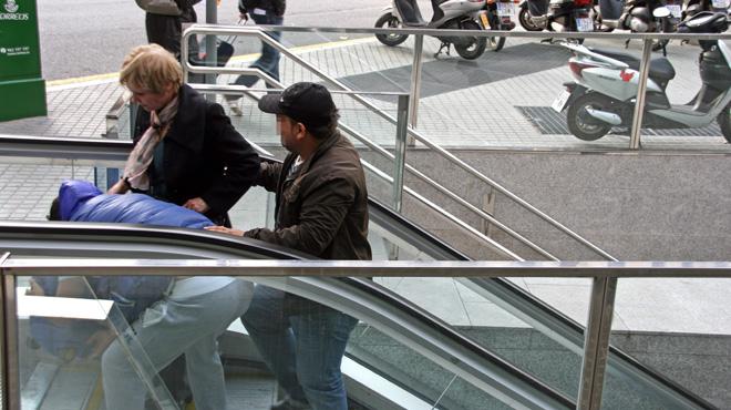 Simulación realizada por la Guardia Urbana de los métodos utilizados por los carteristas en el metro.