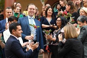 El parlamentario independiente Alex Greenwich (izquierda, abajo) aplaude mientras está de pie con sus partidarios después de la aprobación de la Ley de Reforma de la Ley del Aborto.