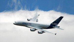 Un avión, modelo Airbus 380, sobrevuela el Reino Unido.
