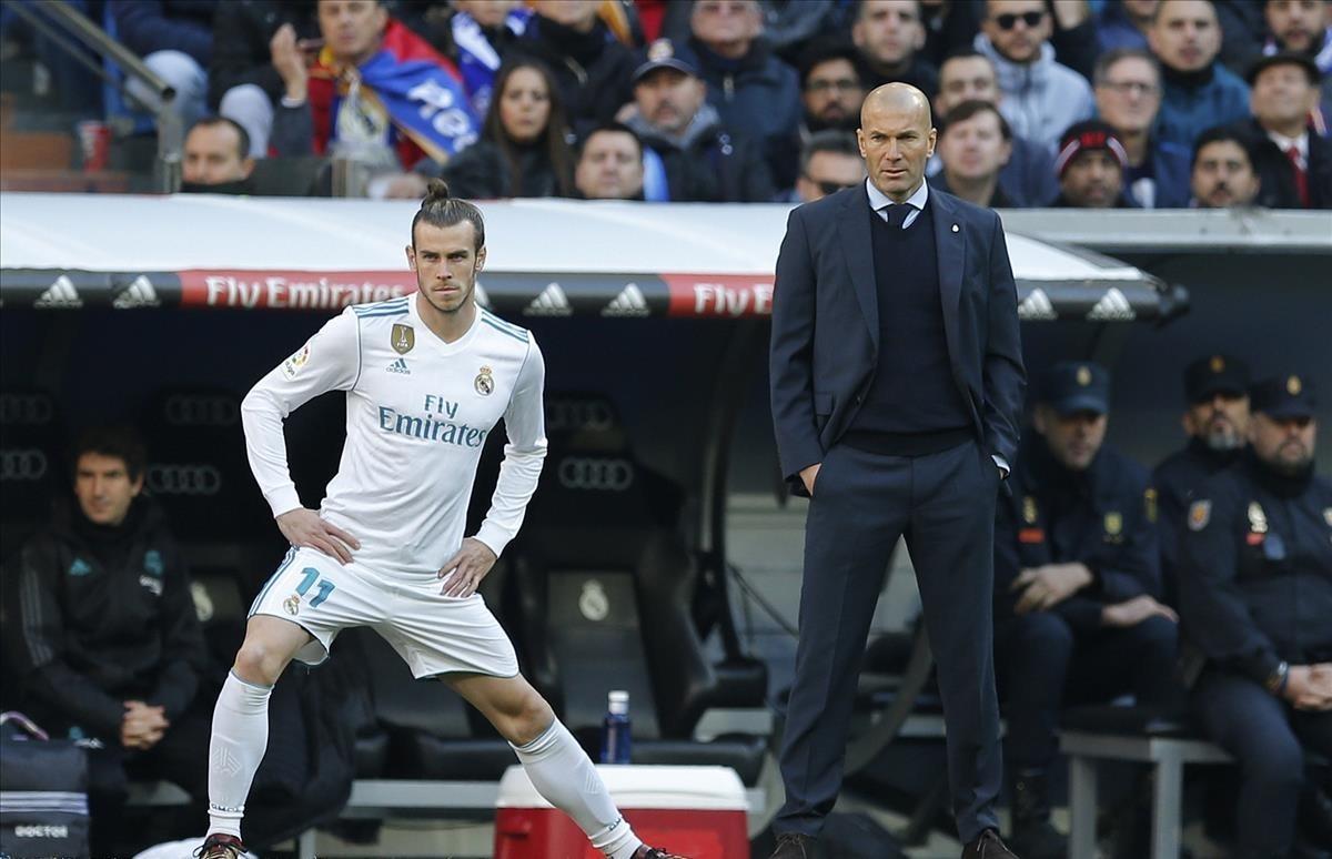 Zidane, meditando la entrada del galés Bale en el Bernabéu durante el último clásico.
