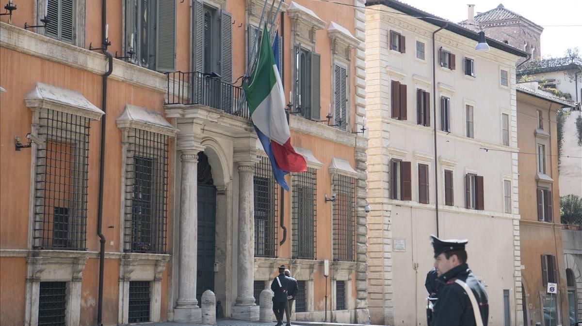 Bandera italiana a media asta en el Senado italiano en tributo por las víctimas del covid-19.