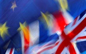 Banderas de la UE y el Reino Unido.