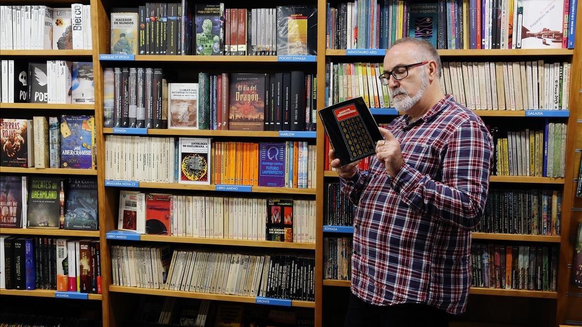 Un lector con un ejemplar de Nueva Dimensión en la librería Gigamesh.