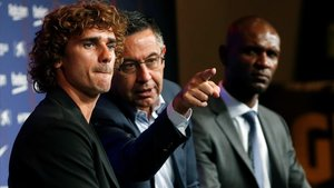 Bartomeu enseña a Griezmann quien le pregunta en el Auditori 1899 del Camp Nou.